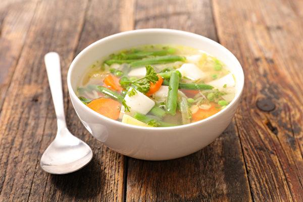 用胡蘿蔔、洋蔥等食材熬煮的蔬菜湯不只抗癌,有九大營養功效。(Shutterstock)