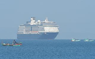 因疫情海上飄泊兩週 威士特丹號停靠柬埔寨