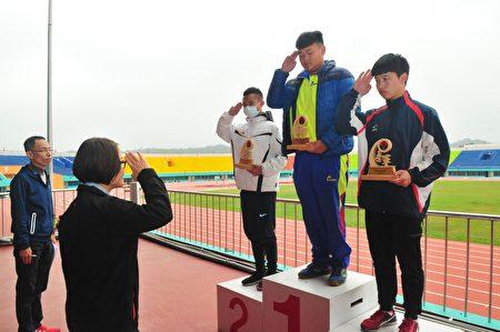 得奖选手接受表扬。