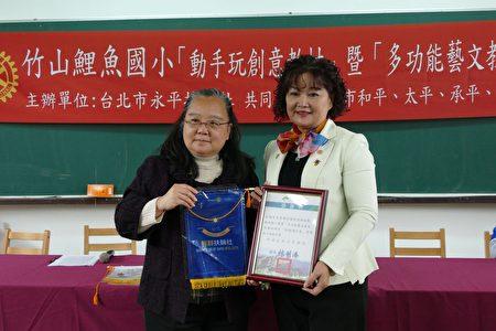南投县政府教育处副处长王淑玲﹙左﹚颁赠感谢状给扶轮社代表。