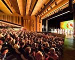 2020年2月28日晚,神韻巡迴藝術團在德國路德維希堡王宮花園劇院的首場演出大爆滿,觀眾掌聲不斷。(Matthias Kehrein/大紀元)