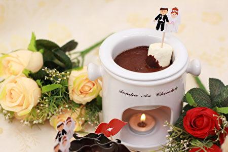 巧克力火鍋可搭配喜愛的水果、棉花糖、脆笛酥等。