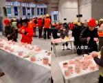 網傳雷神山工人集體吃飯場景。(網絡視頻截圖)