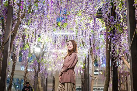 "MITSUI OUTLET PARK林口,在中央广场营造""紫藤花海秘境""的梦幻美景。"