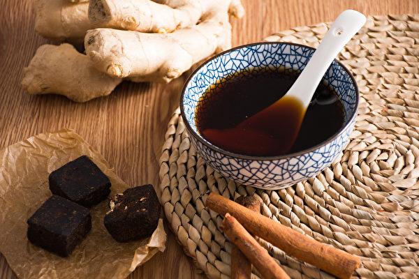生理期女性需要保暖腹部,可以喝黑糖薑茶等暖宮飲品。(Shutterstock)