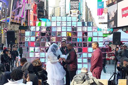 2020年2月14日情人节这天,Myisha Rich和Erin Nelson在亲友、牧师和天父的见证下,选于时代广场结为连理。
