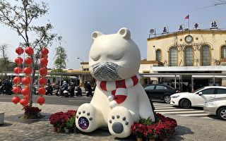 嘉義站前沉睡大白熊戴上迷彩口罩 提醒不忘防疫