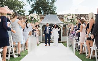 """白色""""充气城堡""""中的另类婚礼 用跳的结婚"""