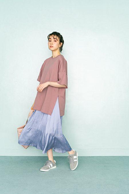 粉色上衣搭配浅蓝长裙,以春天小清新色彩层次展现出邻家女孩气质。