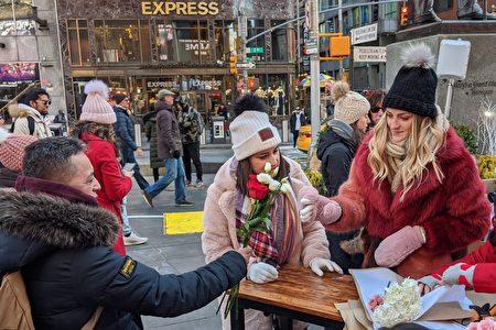"""婚礼策划公司""""The Knot""""2月14日在杜菲广场前,向大家赠送鲜花以兹纪念情人节。"""