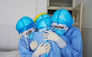 面对武汉肺炎疫情,保护、善待、善用医护人员,是拯救更多病人的关键。(STR/AFP via Getty Images)