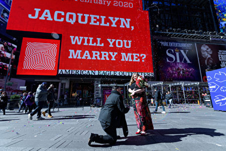 Richard Martinez下跪向Jacquelyn Rupp求婚。