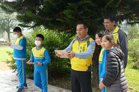 竹山镇长陈东睦和鲤鱼国小的小朋友一起体验四轴飞行器。