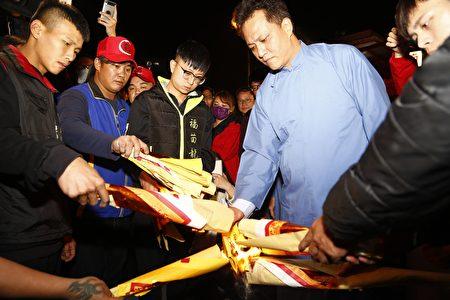 苗栗市长邱镇军上奏表章、焚香祝祷。