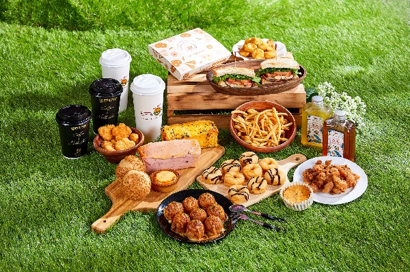 """最受欢迎的赏花行程就是到MITSUI OUTLET PARK""""赏花+野餐""""。多间美食店铺,推出限定野餐外带轻食。"""