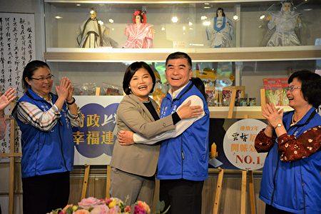 縣長張麗善(左)擁抱即將退休的財政處長張裕中(右)感謝他對財政預算的傑出貢獻。