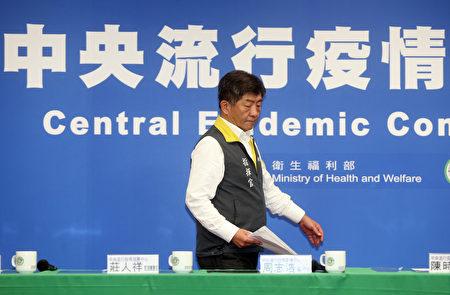 中央流行疫情指揮中心24日公布,2例新增武漢肺炎病例為案27的40多歲小兒子(案29)及70多歲妻子(案30)。
