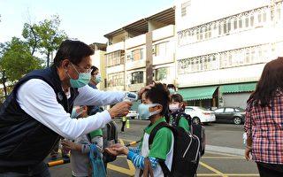 迎接開學日 地方首長幫學童量額溫