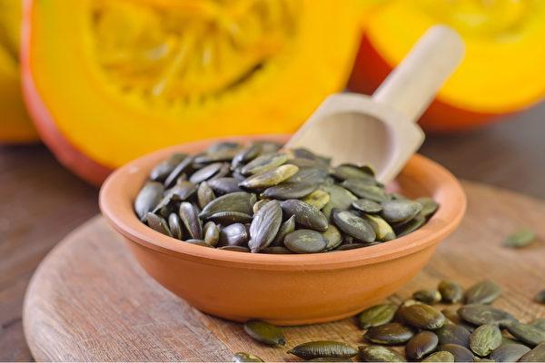 南瓜籽等多種天然食物和食療方法均能改善攝護腺肥大症狀。(Shutterstock)