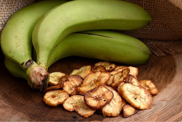 未成熟的青香蕉升糖指数比成熟的黄香蕉低,而且含有更多的抗性淀粉和果胶。(Shutterstock)