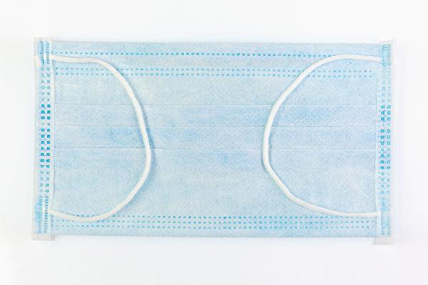 一般医用外科口罩分为3层,从外层到内层分别具有防拨水、过滤、吸湿的功效。因此,自制口罩的材料也应尽量满足这些功能需求。(Shutterstock)