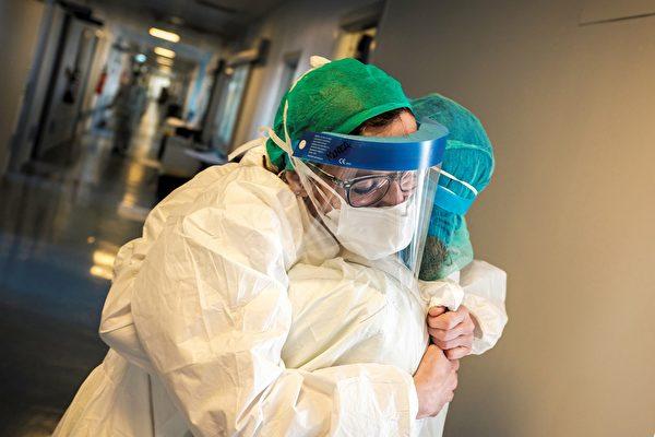 救治中共肺炎病患 醫護人員的辛勞獲讚