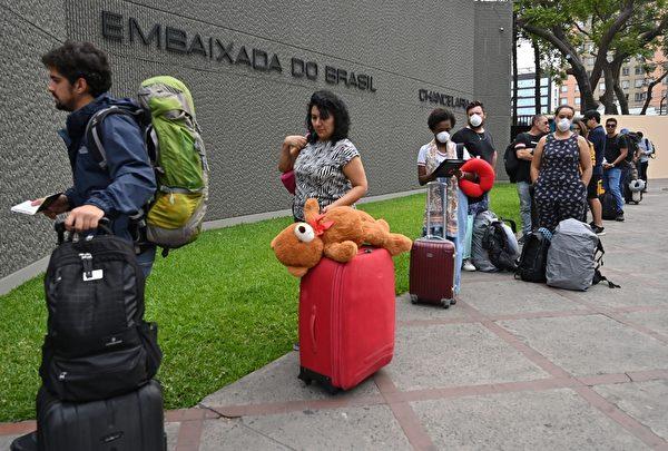 1207849782 巴西公民於2020年3月20日在利馬的巴西領事館外