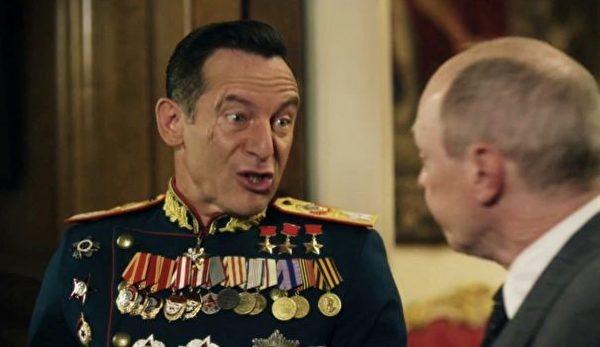 (左)《斯大林之死》,傑森·艾薩克斯飾演朱可夫元帥,史蒂夫·布西密飾演尼基塔·赫魯曉夫。 (IFC影片)