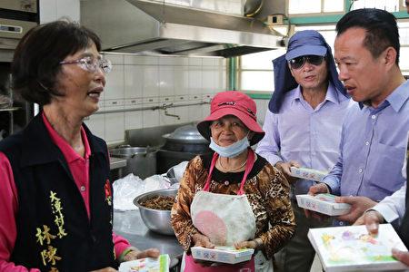 新港乡大潭村长林陈麦(左1)与县长翁章梁(右1)谈创意食堂。