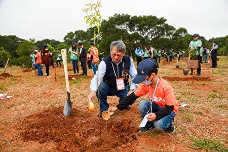 台中市由副市长令狐荣达代表到场,共同种下台湾原生树种。