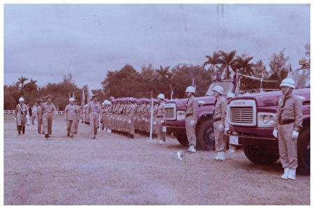 警察局長校閱,約60年代末期。宜蘭消防局提供。