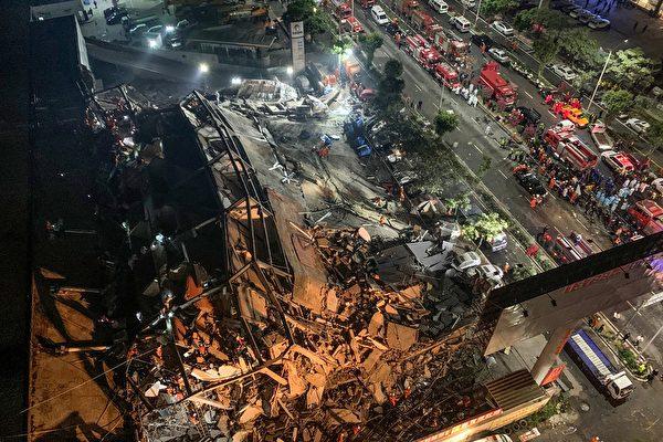 福建泉州新冠肺炎隔离点的欣佳快捷酒店发生坍塌事故。坍塌全过程仅用两秒。有目击者说:底层粉碎后向上层倒塌。(STR/AFP via Getty Images)