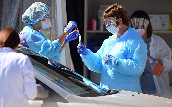 由于目前美国医疗资源供不应求,一些有症状者无法接受检测。(JOSH EDELSON/Getty Images)
