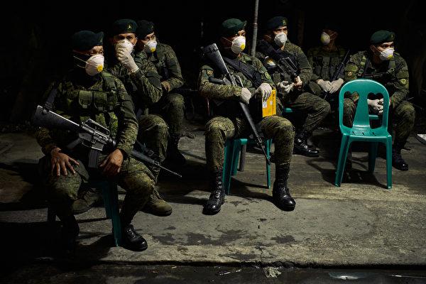 3月15日,菲律宾警方持枪封锁马尼拉。(Jes Aznar/Getty Images)