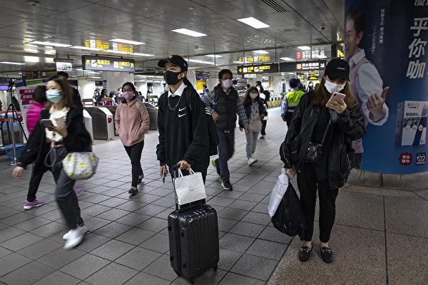 台灣指揮中心宣布,輕症通報者若滿足5個條件,一次採檢後不需住院隔離。(Paula Bronstein/Getty Images )