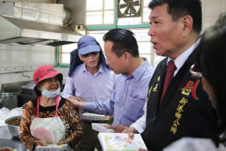 嘉义县长翁章梁关心老长辈的午餐领用情形。