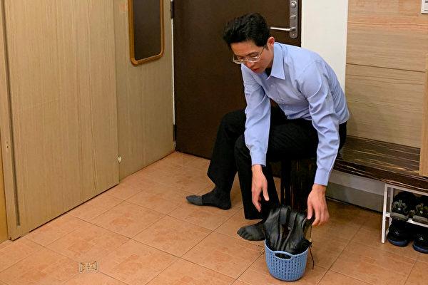 每天穿出門的鞋子自然有沾到病毒的機會,可先噴酒精消毒,然後放在通風乾燥處。(鄭元瑜提供)