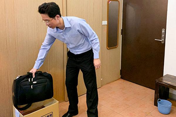 曝露在公眾場所的外出包,屬於潛在感染源,骯髒程度跟鞋子一樣,因此都固定放在玄關處。(鄭元瑜提供)