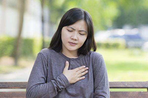 胸痛症状可能心脏问题,也可能是其它疾病的征兆。(Shutterstock)