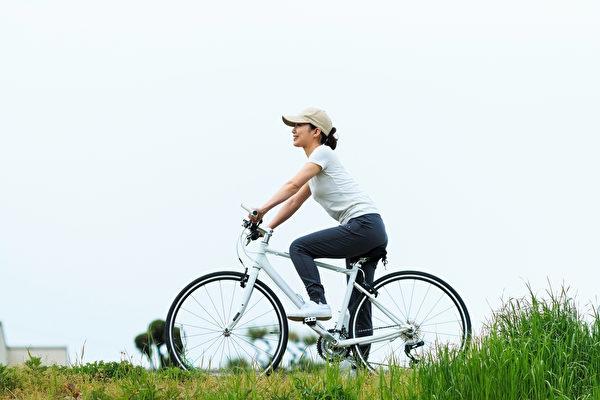 找具体可做的事情,比如骑单车等,给心理提供踏实感并转移注意力,消除紧张情绪。(Shutterstock)
