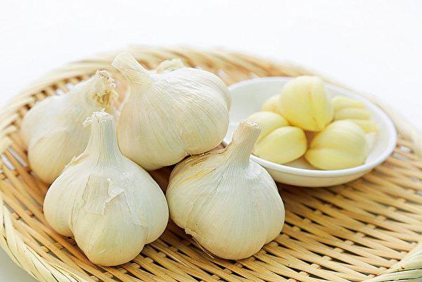 比起白皮大蒜,紫色皮的大蒜味道浓郁,而且杀菌力更强。(fotolia)