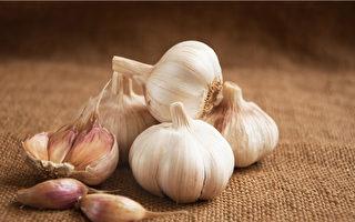 大蒜辛辣味濃,能解毒殺蟲、溫中健胃,所含的大蒜素具有很強的殺菌力。(Shutterstock)