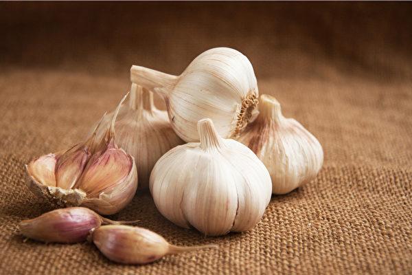 大蒜辛辣味浓,能解毒杀虫、温中健胃,所含的大蒜素具有很强的杀菌力。(Shutterstock)