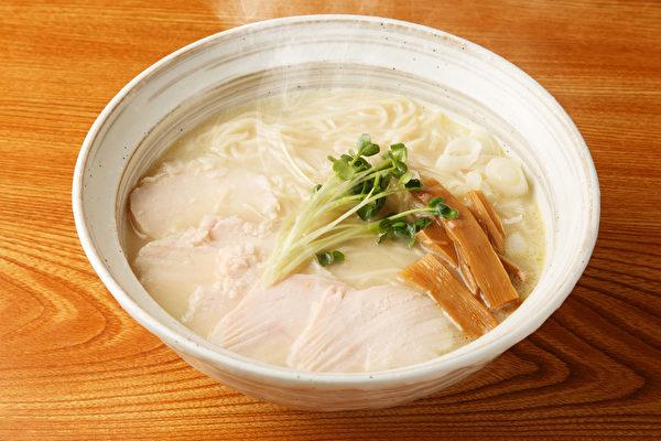疫情期间很多人家中买泡面作为囤粮,怎样吃泡面较营养?(Shutterstock)
