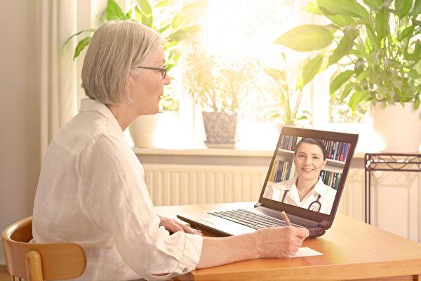 """为了保护医护人员和他人的安全,一些病患可以使用""""远程医疗""""就诊。(Shutterstock)"""