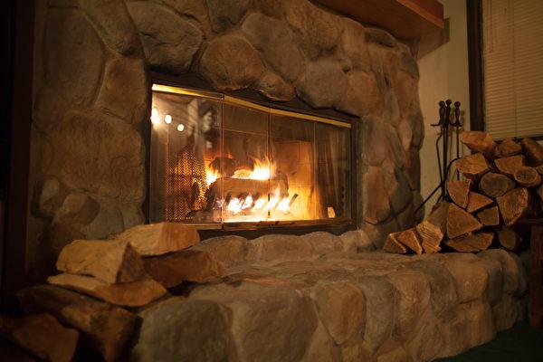 燃烧柴火时,暖炉内侧的砖块或石头,因热而产生的远红外线。(Shutterstock)