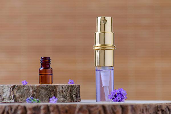 将10滴纯正薰衣草精油混合一杯水,可以做成纯天然的空气清新剂。(Shutterstock)