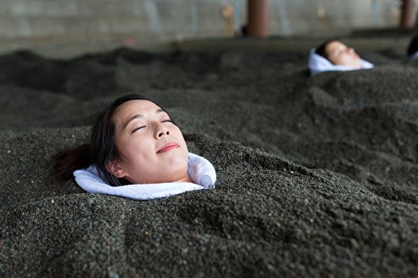 砂浴、岩浴等独特的浴池,利用远红外线的功效,改善慢性病人身体不适。(Shutterstock)