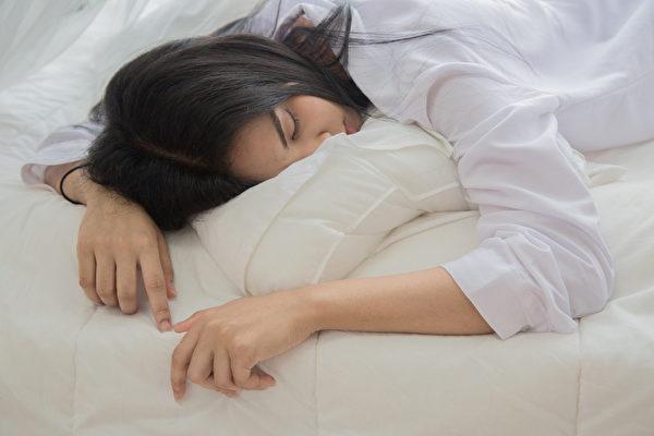 早晨起床時眼皮浮腫或眼袋明顯,就說明體內的濕氣較重。(Shutterstock)