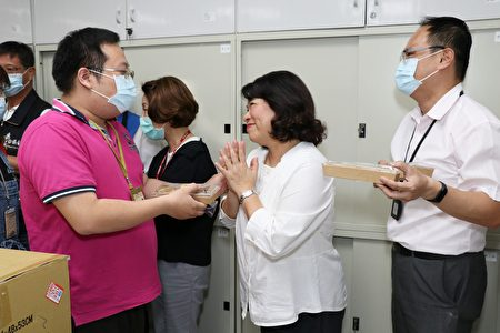 薛凯桓老板送甜点给市长黄敏惠。